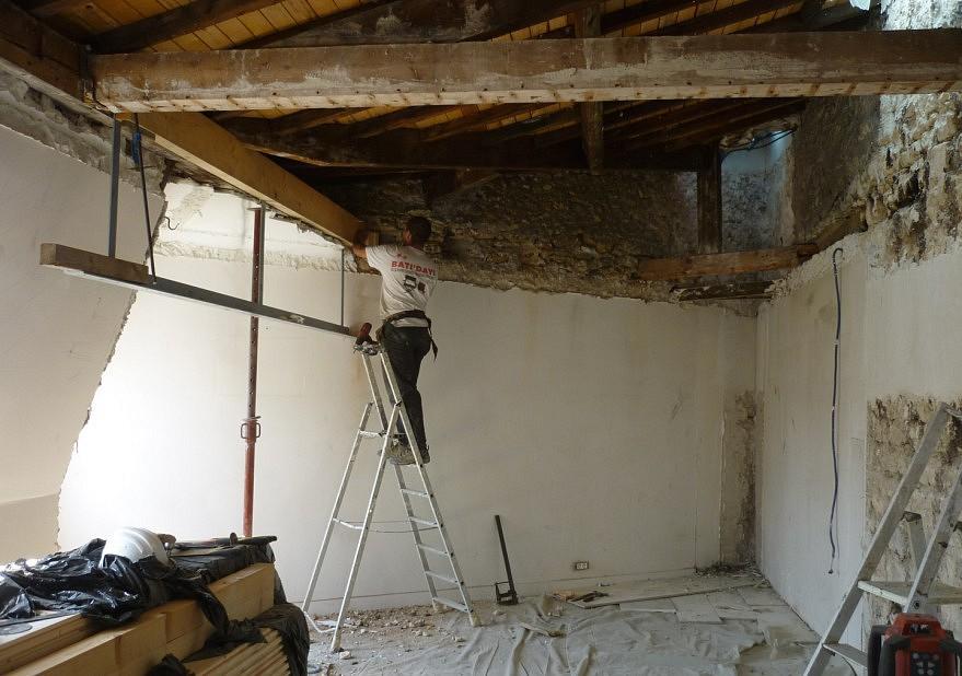 Mise en place par le charpentier de la mezzanine suspendue 1/2